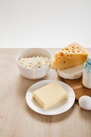 Photo pour Divers produits laitiers biologiques frais et oeufs sur table en bois isolés sur - image libre de droit