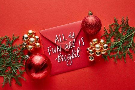 Photo pour Top vue de la décoration brillante de Noël, enveloppe avec tout est amusant tout est l'illustration brillante et thuja - image libre de droit