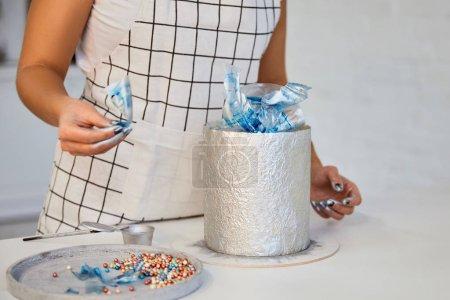 Photo pour Vue partielle du gâteau de décoration confiseur dans la cuisine - image libre de droit