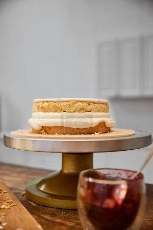 Photo pour Concentration sélective de biscuits savoureux avec crème et confiture en verre sur la table - image libre de droit