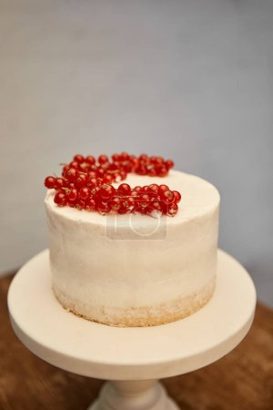 Photo pour Tasty sponge cake with cream and fresh redcurrant on cake stand - image libre de droit