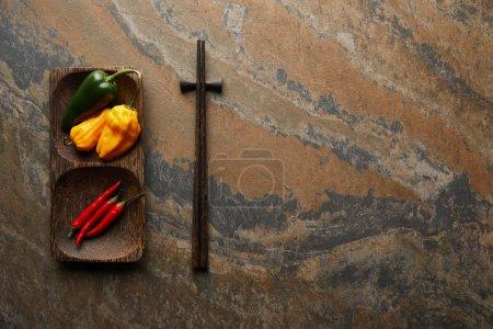 Stäbchen und frische Paprika auf Steinoberfläche