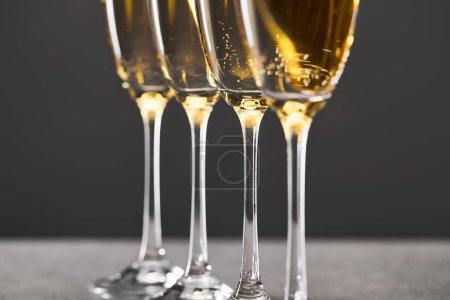 Foto de Champán en gafas para celebrar las navidades en la víspera gris - Imagen libre de derechos