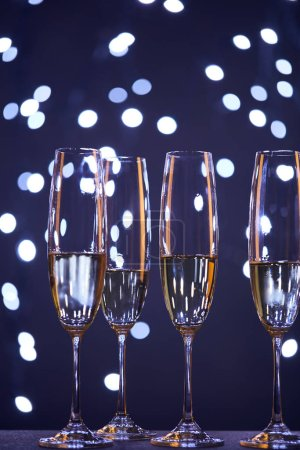 Foto de Champagne en gafas con christmas azules luces bokeh. - Imagen libre de derechos
