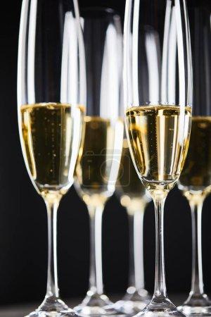 Foto de El cierre del vino espumoso en las copas sobre negro - Imagen libre de derechos