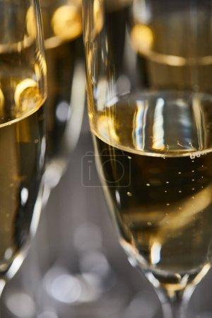 Photo pour Gros plan de vin mousseux dans des verres pour célébrer la veille de Noël - image libre de droit
