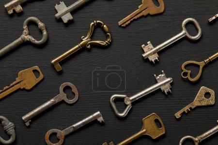 Photo pour Top view of vintage rusty keys on violet background - image libre de droit