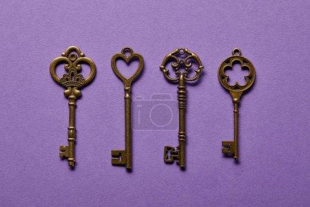 Photo pour Pose plate avec touches vintage sur fond violet - image libre de droit