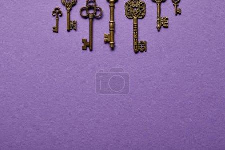 Photo pour Vue du haut des touches vintage sur fond violet avec espace de copie - image libre de droit