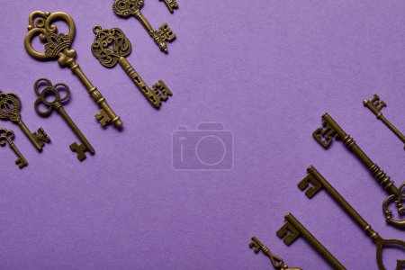 Photo pour Vue de dessus des touches vintage sur fond violet - image libre de droit