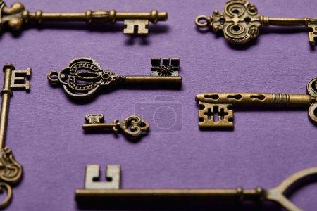 Photo pour Vue rapprochée des touches vintage sur fond violet - image libre de droit