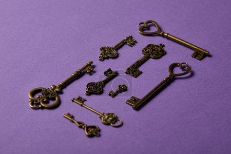 Photo pour Touches vintage sur fond violet - image libre de droit
