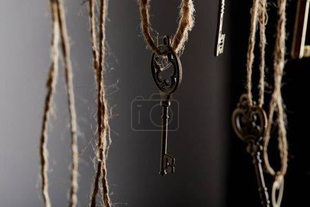 Photo pour Vue de près des clés d'époque accrochées à des cordes - image libre de droit