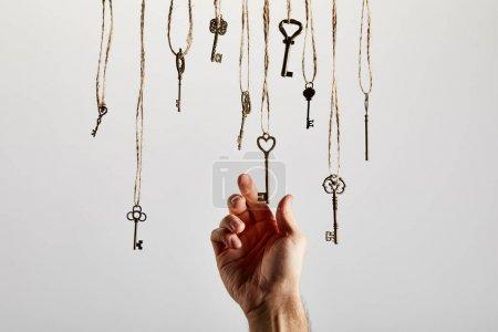 Photo pour Vue du haut des clés rouillées d'époque sur fond blanc - image libre de droit