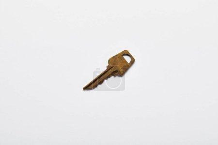 Photo pour Vue du dessus de la clé rouillée vintage sur fond blanc - image libre de droit