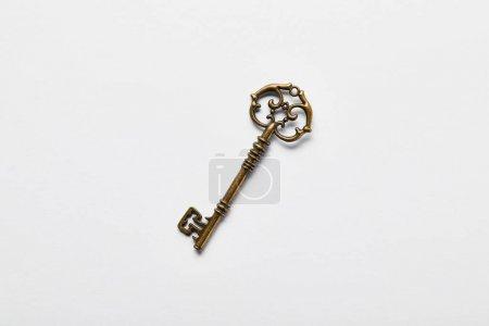 Photo pour Vue du dessus de la clé vintage sur fond blanc - image libre de droit
