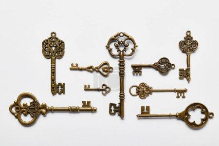 Photo pour Vue de dessus des clés vintage sur fond blanc - image libre de droit