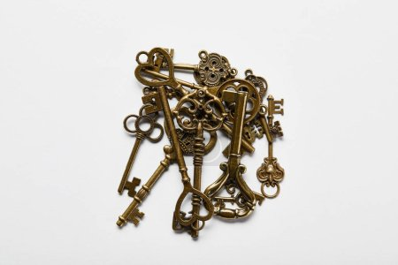 Photo pour Top view of vintage keys in stack on white background - image libre de droit