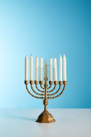Photo pour Bougies à la menorah sur fond bleu - image libre de droit