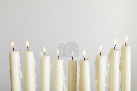Photo pour Bougies brûlantes isolées sur blanc - image libre de droit