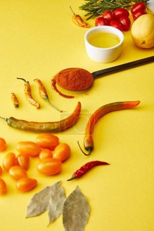 Photo pour Chili poivrons avec épices et légumes mûrs sur fond jaune - image libre de droit