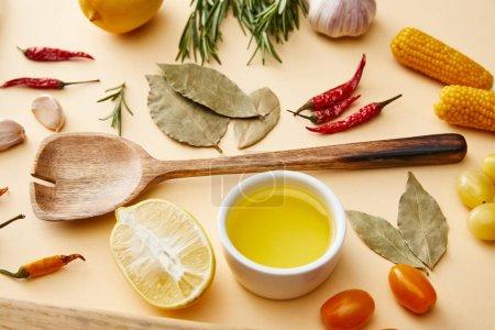 Photo pour Huile d'olive avec légumes biologiques et romarin sur fond beige - image libre de droit