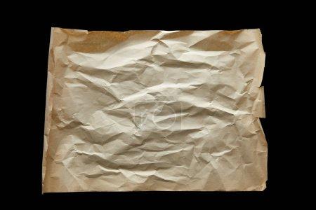 Photo pour Vue du dessus du papier vintage froissé vide isolé sur noir - image libre de droit
