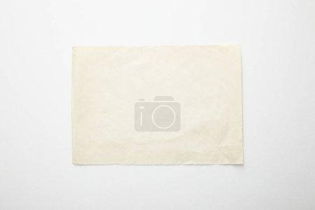 Photo pour Vue du dessus du papier vintage vide sur fond blanc - image libre de droit