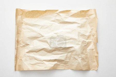 vue du dessus du papier vintage froissé vide sur fond blanc