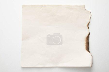 Photo pour Vue du dessus du papier vintage brûlé vide sur fond blanc - image libre de droit