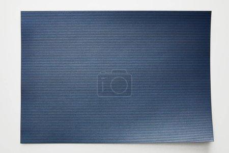 Photo pour Vue du haut du papier bleu rayé vide sur fond blanc - image libre de droit