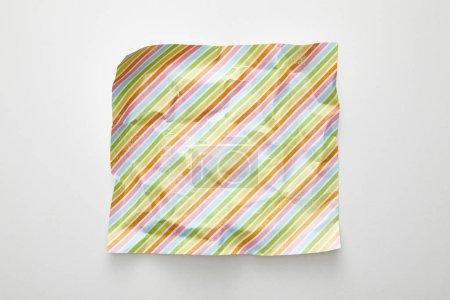 Photo pour Vue de dessus de vide froissé avec des lignes colorées sur fond blanc - image libre de droit