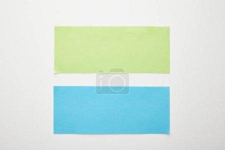 Foto de Vista superior del libro azul y verde vacío sobre fondo blanco - Imagen libre de derechos