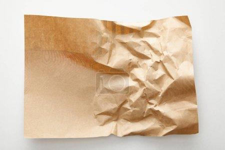 Photo pour Vue du dessus du papier d'artisanat froissé vide sur fond blanc - image libre de droit