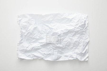 vue du dessus du papier froissé vide sur fond blanc