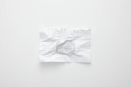 Photo pour Vue du dessus du papier froissé vide sur fond blanc - image libre de droit