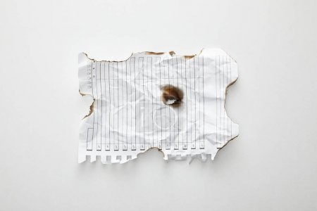 Photo pour Vue du dessus du papier vintage froissé et brûlé vide sur fond blanc - image libre de droit
