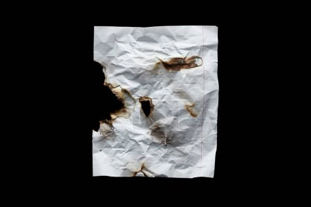 Photo pour Top view of empty white crumpled and burnt vintage paper isolated on black - image libre de droit