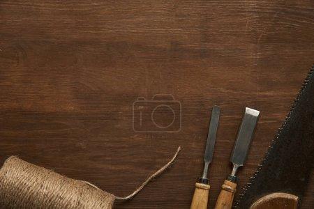 widok z góry starych narzędzi stolarskich i szpagatu na drewnianym stole