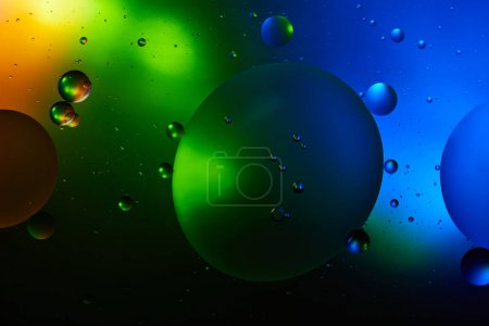 Photo pour De fond abstrait d'un mélange d'eau et d'huile de couleur verte et bleue - image libre de droit