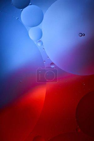 Photo pour Belle toile de fond abstraite d'un mélange d'eau et d'huile en bleu et rouge - image libre de droit