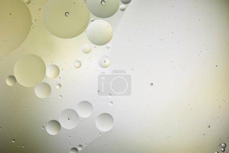 Foto de Fondos creativos a partir de burbujas mixtas de agua y petróleo en color verde claro y gris. - Imagen libre de derechos