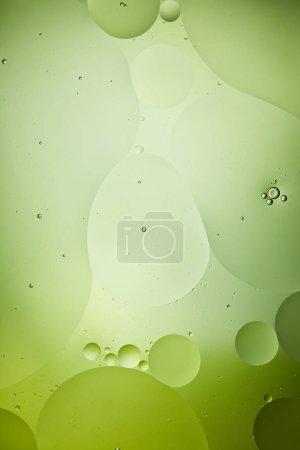 Photo pour Arrière-plan créatif de bulles d'eau et d'huile de couleur verte - image libre de droit