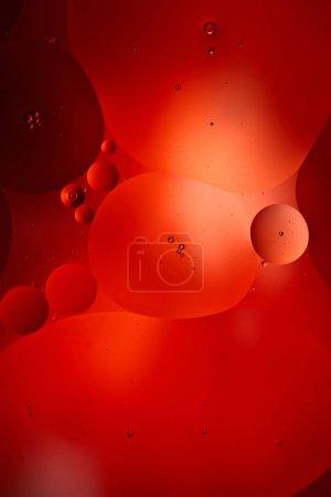 Foto de Hermoso fondo abstracto de color rojo de burbujas mixtas de agua y petróleo. - Imagen libre de derechos