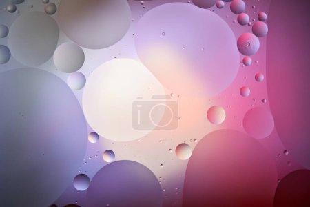 Foto de Textura creativa a color púrpura y rosa a partir de burbujas mixtas de agua y aceite. - Imagen libre de derechos