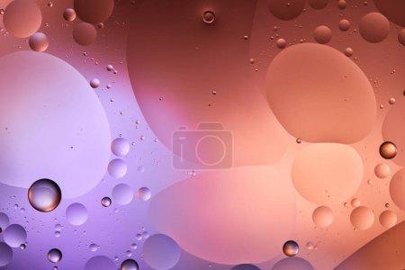 Photo pour Texture abstraite de couleur pourpre et rose des bulles d'eau et d'huile mélangées - image libre de droit