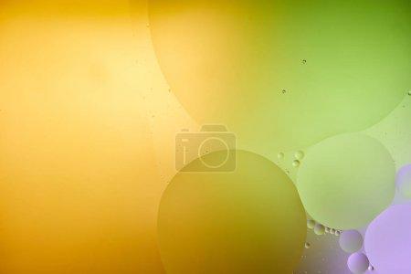 Photo pour Beau fond abstrait de mélange d'eau et d'huile de couleur pourpre, orange et verte - image libre de droit