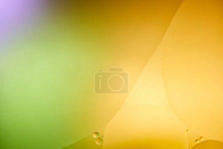 Foto de Hermoso color naranja abstracto, púrpura y verde fondo de agua mezclada y aceite. - Imagen libre de derechos