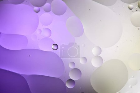 Foto de Textura abstracta de color púrpura y gris proveniente de burbujas mixtas de agua y petróleo - Imagen libre de derechos