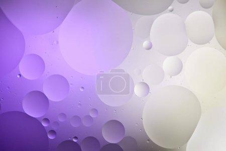 Photo pour Couleur violette et grise texture abstraite des bulles d'eau et d'huile mélangées - image libre de droit